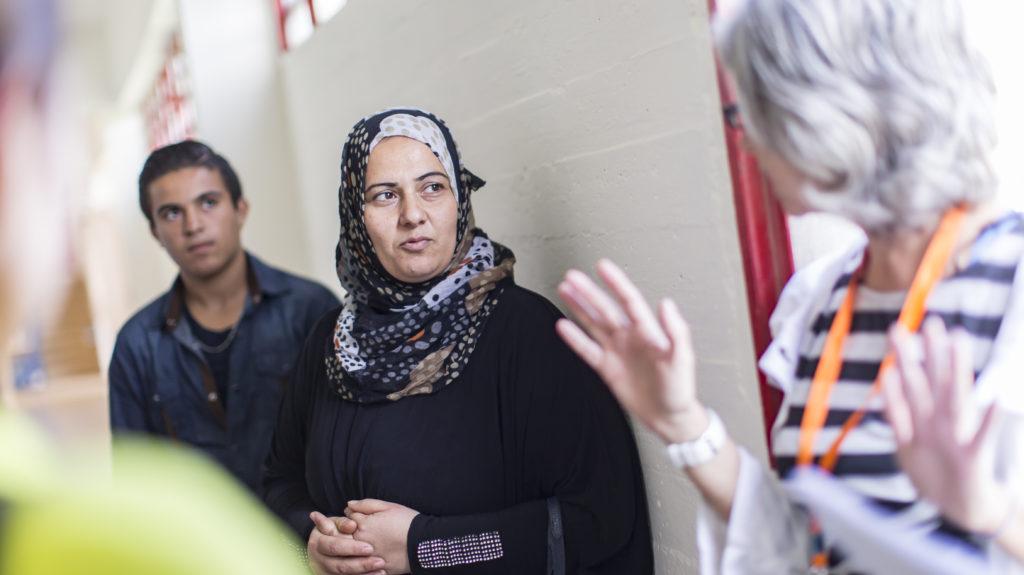 Eine Frau spricht mit einer syrischen Flüchtlingsfamilie. (Quelle: Jakob Studnar)