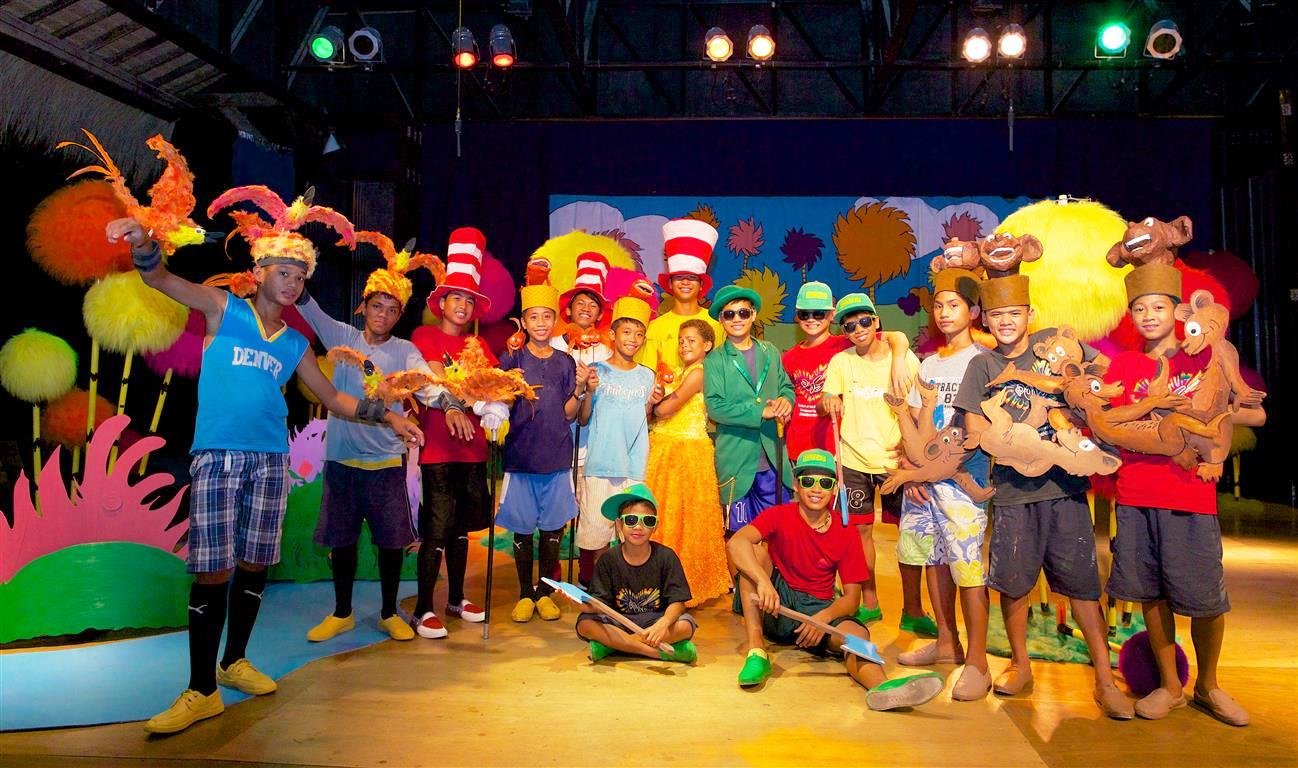 Straßenkinder aus dem Stairway-Straßenkinderprojekt auf den Philippinen: Sie spielen gerne Theater, die Kostüme basteln sie selbst. (Quelle: Christian Nusch)
