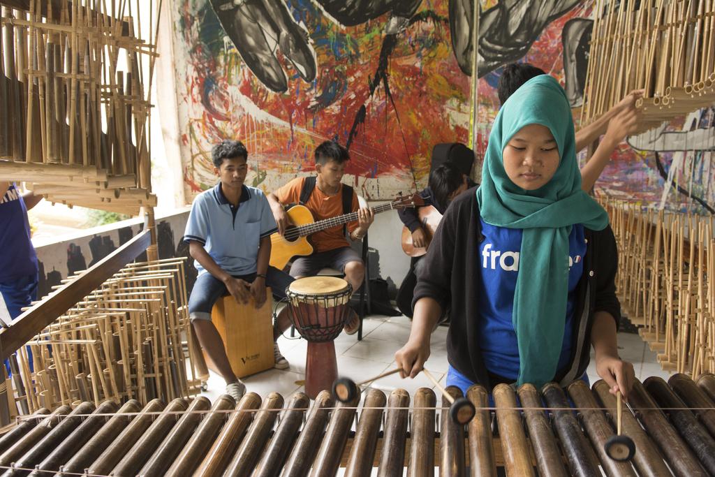 Indonesische Straßenkinder lernen im Projekt Instrumente zu spielen. (Quelle: Christian Nusch)