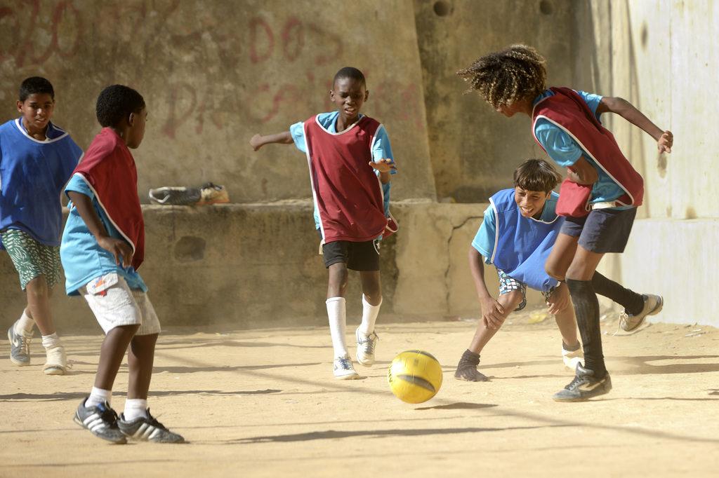 Die Straßenjungen in diesem Projekt in Rio de Janeiro lieben Fußballturniere. (Quelle: Floran Kopp)