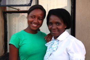 Caroline mit Lizzy, der Leiterin des Lerato-House. Sie ist wie eine Mutter für Caroline. (Quelle: Ralf Krämer)