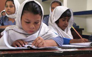 Schreibende Schulmädchen in Pakistan. (Quelle: Marko Lakomy)