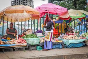 Zwei Frauen mit ihrem Markstadt, an dem sie Obst und Gemüse verkaufen. (Quelle: Ralf Krämer)