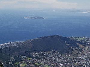 Die Insel Robben Island vor der Stadt Kapstadt. (Quelle: KodachromeFan/Wikimedia Commons-e1469537181670.jpg)