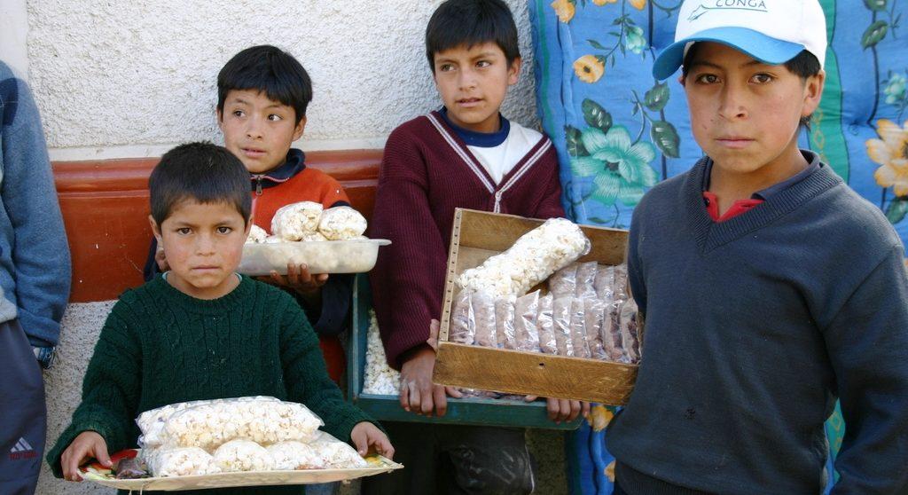 Diese Straßenkinder in Peru verkaufen Popkorn und andere Süßigkeiten. (Quelle: Michaela Dacken)