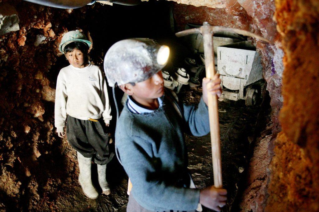 Fotos:Peter Müller für BILD /Herz für Kinder/ April 2006 Bolivien / Potosi in den Anden. Kinder arbeiten in Minen