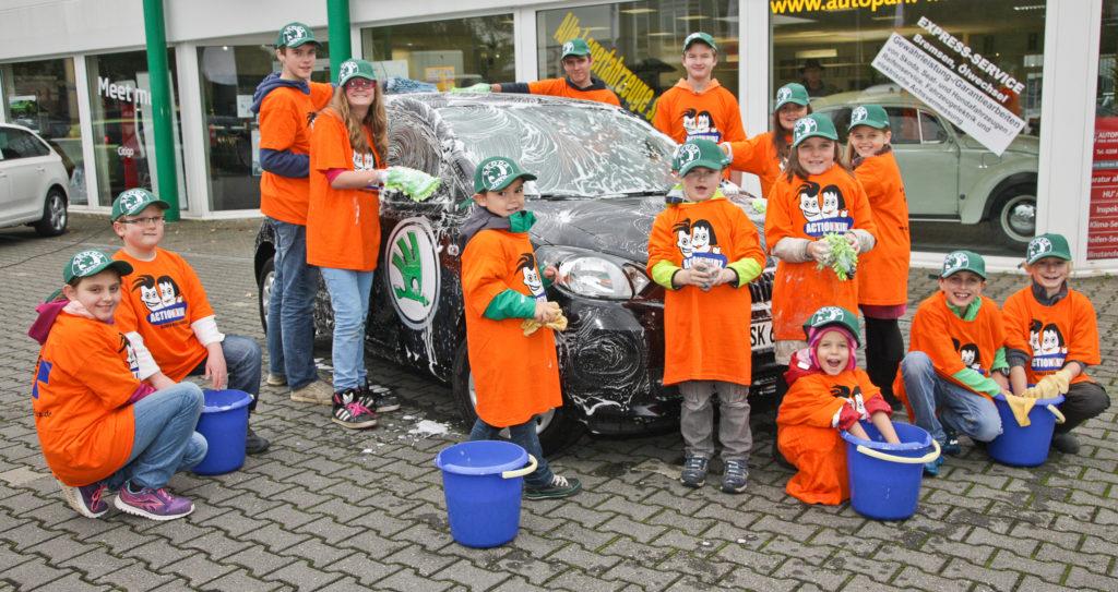 Action!Kidz waschen Autos bei einem Skoda-Händler. (Quelle: Hansjürgen Meier)
