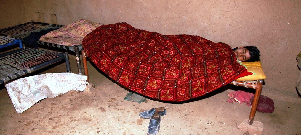 Der äthiopische Junge, der den ganzen Tag auf dem Feld gearbeitet hat, ist todmüde auf sein Bett gefallen. (Quelle: Christian Herrmanny)