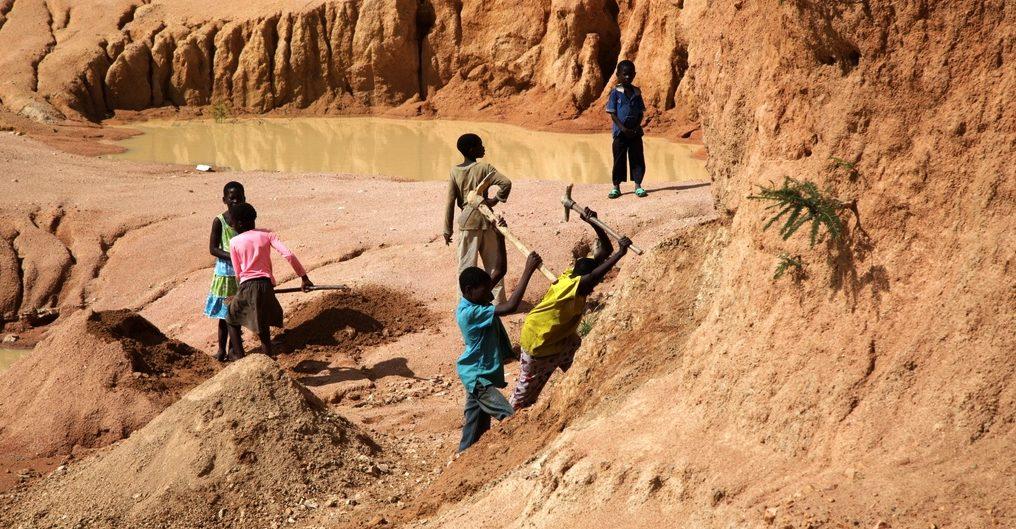 Jungen und Mädchen schuften in einer Sandgrube in Sambia. (Quelle: Christian Herrmanny)