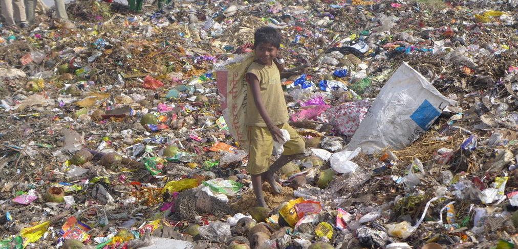 Ein Junge auf einer Müllkippe in Indien. (Quelle: Daniel Moll)