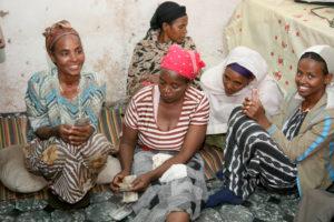Selbsthilfegruppen in Äthiopien: Die Frauen freuen sich über das Geld, das sie bei diesem Treffen eingesammelt haben. (Quelle: Ralf Krämer)