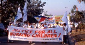 Kinder aus einem Kindernothilfe-Projekt auf den Philipinen, die für die Rechte von Kinderarbeiterin demonstrieren. (Quelle: Kindernothilfe-Partner)