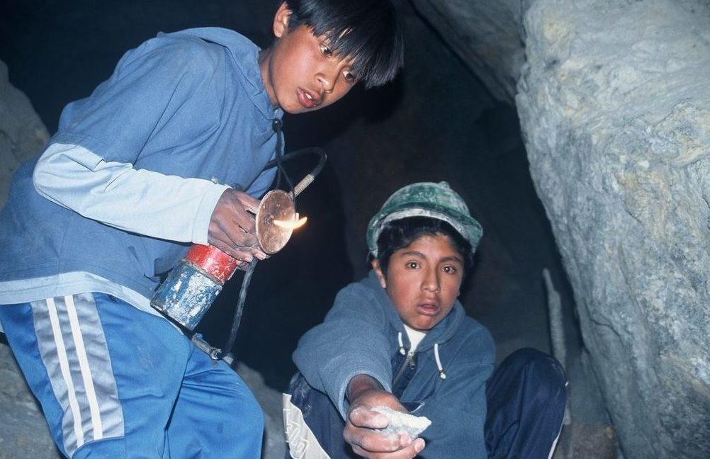 Zwei Jungen in einer Silbermine in Bolivien. (Quelle: Jürgen Schübelin)