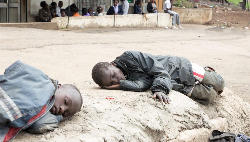 Zwei Jungen in der kenianischen Hauptstadt Nairobi schlafen am Straßenrand. (Quelle: Roland Brockmann)