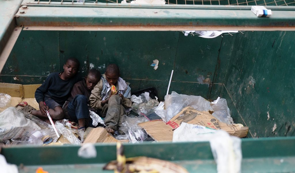Kenianische Straßenkinder leben in einem Müllcontainer. (Quelle: Roland Brockmann)