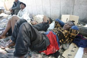 Straßenjungen schlafen auf Decken und Pappdeckeln. (Quelle: Ralf Krämer)