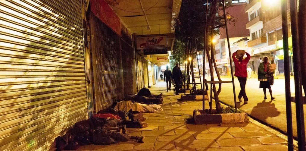 Eine Straße nachts in Nairobi/Kenia: Straßenkinder schlafen auf dem Bürgersteig. (Quelle: Roland Brockmann)