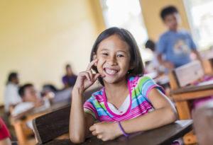Eine Schülerin in einer Grundschule auf der Insel Samar. (Quelle: Jakob Studnar)