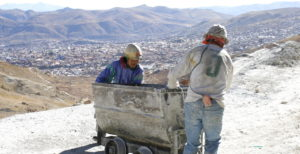 Männer mit einer Lore hoch über der Stadt Potosí. (Quelle: Jürgen Schübelin)