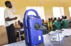 Das wichtigste Gerät im Unterricht: das Kurbelradio. (Quelle: Jakob Studnar)