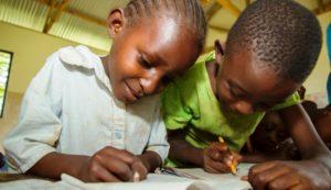 Diese Schulkinder sind stolz, dass sie schreiben und lesen können. (Quelle: Kirsten Milhahn)