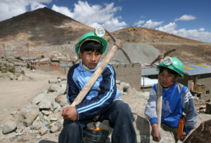 Lucas (14) und Beymer (10) arbeiten in den Minen von Potosí. (Quelle: Peter Müller/BILD)