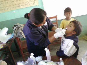 Eine Zahnärztin untersucht die Kinder im Kindernothilfe-Projekt. (Quelle: Kindernothilfe-Partner)