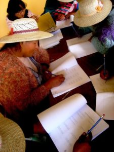 Mütter lernen Lesen und Schreiben. (Quelle: Kindernothilfe-Partner)