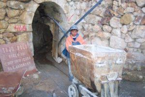 Ein Junge schiebt eine Lore aus einer Mine. (Quelle: Kindernothilfe-Partner)