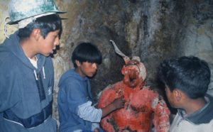Kinderarbeiter mit der selbstgemachten Teufelsfigur in der Mine. (Quelle: Jürgen Schübelin)