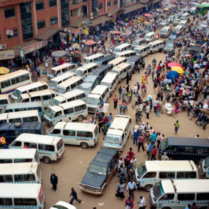 Matatu-Sammelplatz in Nairobi. (Quelle: Dillon Marsh https://commons.wikimedia.org/wiki/File:Nairobi_to_Cape_Town_09.jpg?uselang=de)