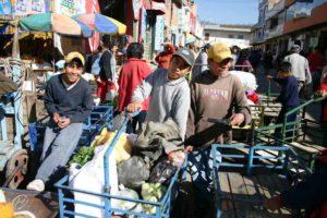 Die Jungen arbeiten auf dem Markt - mit guter Bezahlung. (Quelle: Jürgen Schübelin)