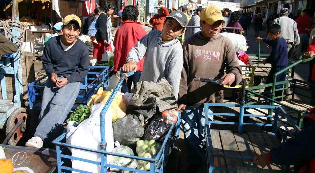 Kinderarbeiter auf dem Markt von Cajamarca. Sie werden vom Kindernothilfe-Projekt unterstützt. (Quelle: Jürgen Schübelin)