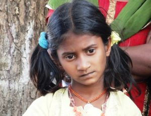 Indisches Mädchen mit traurigem Blick. (Quelle: Hannah Rinnhofer)