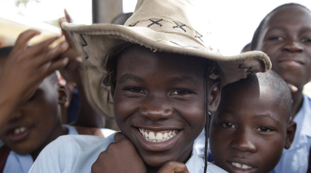 Ein lachender sambischer Junge mit Hut. (Quelle: Christian Herrmanny)