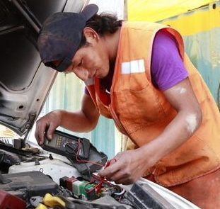 Ein Automechaniker bei der Arbeit. (Quelle: Christian Herrmanny)