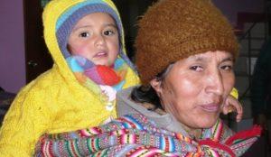 Eine Peruanerin mit einem Kleinkind. (Quelle: Michaela Dacken)