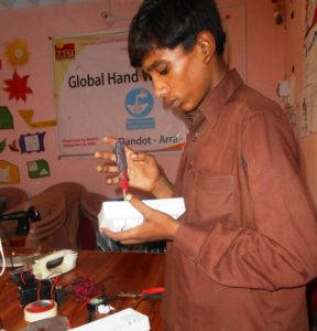 Musha schraubt an einem Schalter. Er will Elektriker werden. (Quelle: Kindernothilfe-Partner)