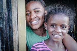 Carolione (links) konnte wieder zu ihrer Familie zurückkehren und ist heute glücklich dort. (Quelle: Ralf Krämer)