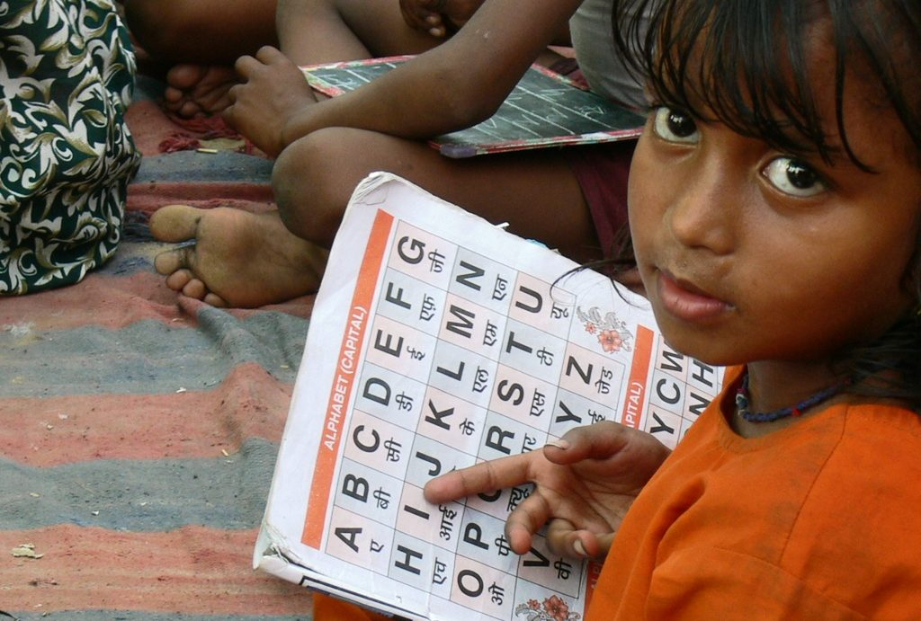 Ein Schulmädchen lernt die ersten Buchstaben. (Quelle: Frank Mischo)