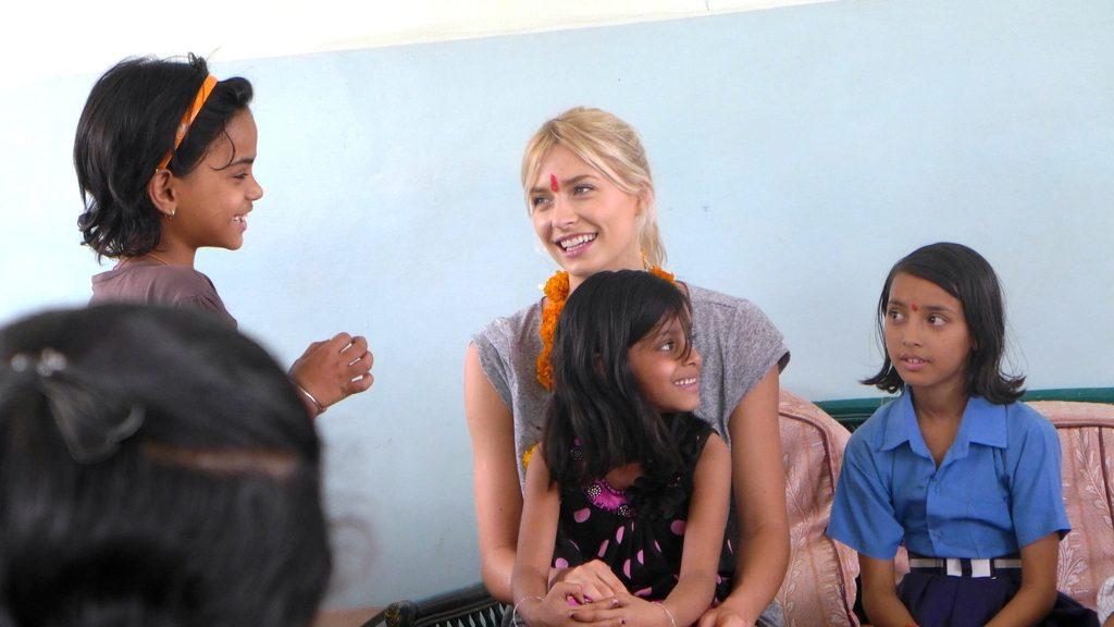 Lena Gercke mit Mädchen aus dem Projekt. (Quelle: Josephine Herschel)