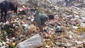 Ein Mädchen wühlt im Müll. (Quelle: Josephine Herschel)