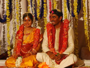 Eine Hindu-Hochzeit. (Quelle: By Kalyan Kanuri (Flickr: Charuti Latha,Deepak) [CC BY-SA 2.0 (http://creativecommons.org/licenses/by-sa/2.0)], via Wikimedia Commons)