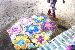 Bunte Kreideblumen auf dem Boden. (Quelle: Frank Rothe)