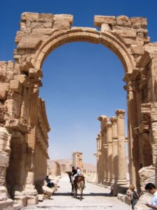 Der Triumpfhoben in Palmyra. (Quelle: 2008 Erik Hermans (used with permission) photographed place: Palmyra, Tadmora or Hadrianopolis (Palmyra) [http://pleiades.stoa.org/places/668331/] Published by the Institute for the Study of the Ancient World as part of the Ancient World Image Bank (AWIB))