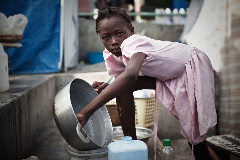 Ein Restavèk-Mädchen in der Hauptstadt, das den ganzen Tag kochen, putzen, waschen muss. (Quelle: Jakob Studnar)