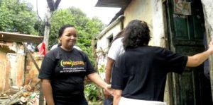 Eine Projektmitarbeiterin besucht eine Familie in der Favela. (Quelle: Florian Kopp)