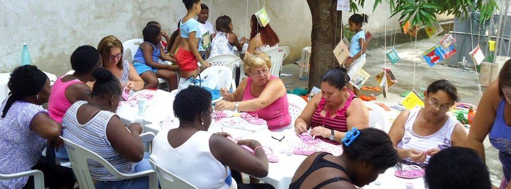 Die Mütter lernen im Projekt, wie sie mit Handarbeiten Geld verdienen können. (Quelle: Kindernothilfe-Partner)