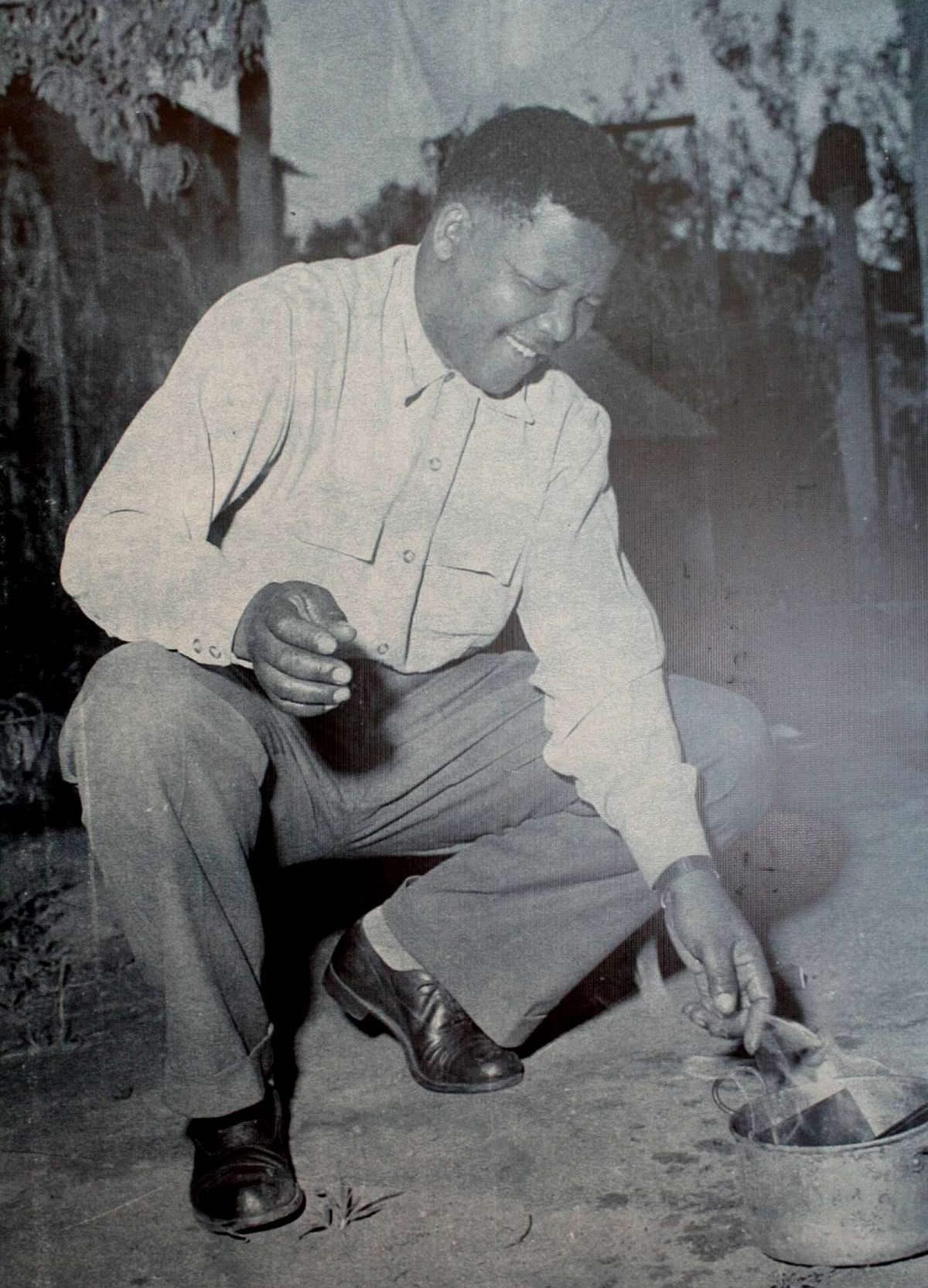 """Vor der Presse verbrennt Nelson Mandela seinen """"Stinker"""". (Quelle: unbekannt/Wikimedia Commons)"""
