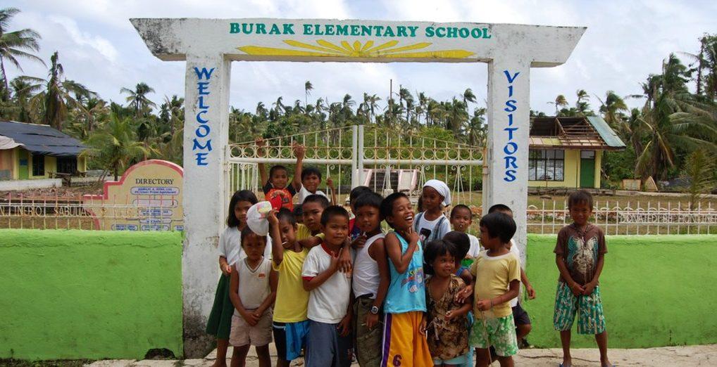 Kinder vor einer Schule des Kindernothilfe-Partners Amurt. (Quelle: Kindernothilfe-Partner)